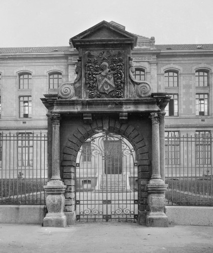L'intégration du portail dans la composition de l'école normale d'institutrices boulevard de la Croix-Rousse