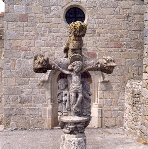 Merle-Leignec (Loire). Détail du croisillon de la croix de cimetière