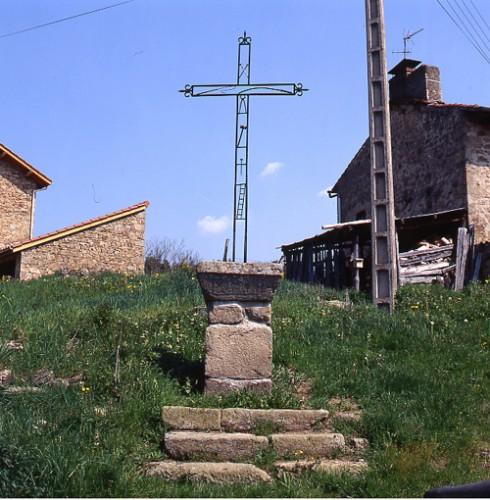 Usson-en-Forez (Loire). Croix de Salayes, vue d'ensemble.