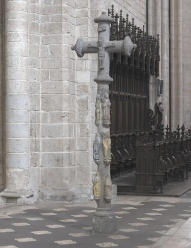 Montbrison (Loire). Croix d'Estiallet à l'entrée du choeur de l'ancienne collégiale.