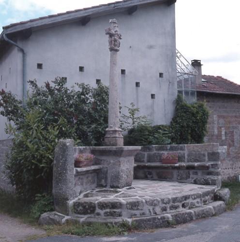 Chazol (Saint-Nizier-de-Fornas). Croix de hameau, vue d'ensemble