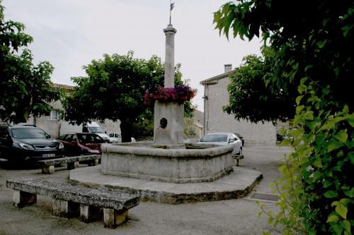 Salles-sous-Bois, place des Aires. La fontaine principale du village, à plan centré.