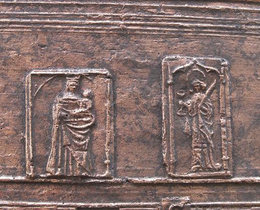 Bard (Loire), église paroissiale Saint-Jean. Détail de la cloche de 1647 : la Vierge à l'Enfant, sous une arcade en plein-cintre Renaissance, et saint Jean l'Évangéliste, sous une arcade en accolade gothique