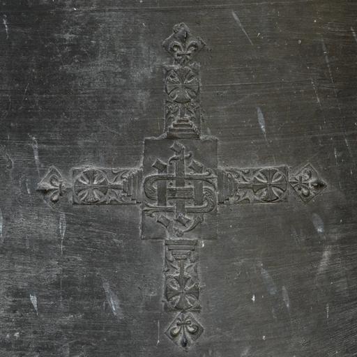 Chalain-d'Uzore (Loire), église paroissiale Saint-Didier. Détail de la cloche de 1533 : croix avec monogramme IHS et croix pattée posée sur un piédestal à degrés