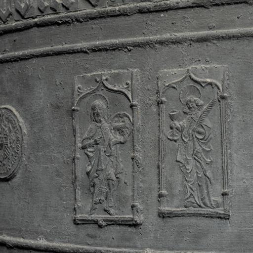 Chalain-d'Uzore (Loire), église paroissiale Saint-Didier. Détail de la cloche de 1533 : saint Jean Baptiste et saint Jean l'Évangéliste, sous des arcades en accolade gothiques