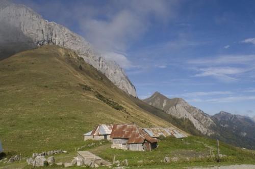 Jarsy (Savoie). Vue d'ensemble des chalets d'alpage du col de Chérel (1 495 m), ancien alpage de l'abbaye de Hautecombe (Gilles Lansard © Parc naturel régional du Massif des Bauges, 2006)