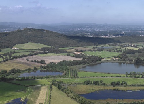 Etangs Grand Marais et Loibe au pied du Mont d'Uzore, Saint-Paul-d'Uzore (Loire). Vue aérienne.