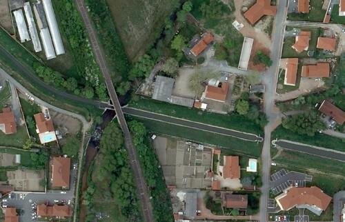 Vue aérienne du canal du Forez avec le siphon à droite de la photo.