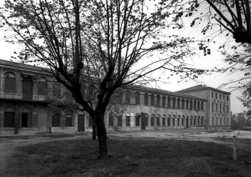 Cartoucherie nationale, vue est (Jean-Marie Refflé © Région Rhône-Alpes, Inventaire général du patrimoine culturel, 2004, ADAGP).