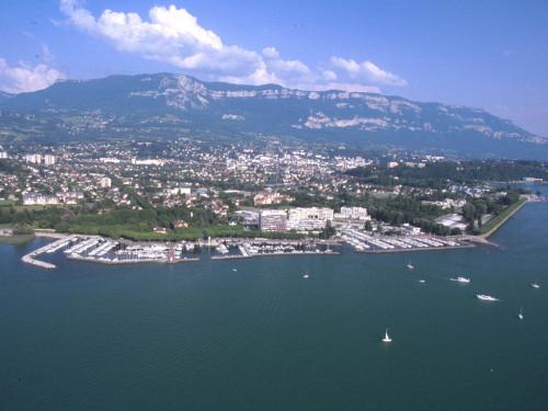Aix-les-Bains, entre lac du Bourget et massif des Bauges. © Archives municipales d'Aix-les-Bains.