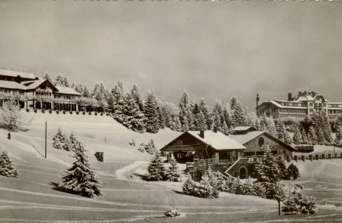 L'hiver au Revard. Le chalet-restaurant, la gare de la crémaillère et le grand hôtel. © Archives municipales d'Aix-les-Bains.