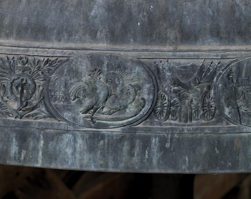 Fig. 13. Détail de la cloche Jeanne d'Arc : médaillon représentant la victoire de la France en 1918, trophées. Photo Éric Dessert © Région Rhône-Alpes, Inventaire général du patrimoine culturel, ADAGP, 2010