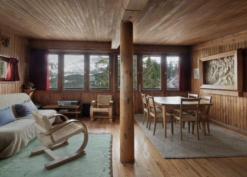 Vue intérieure de la salle commune, le coin repas, le coin séjour et les mobiliers, mars 2010
