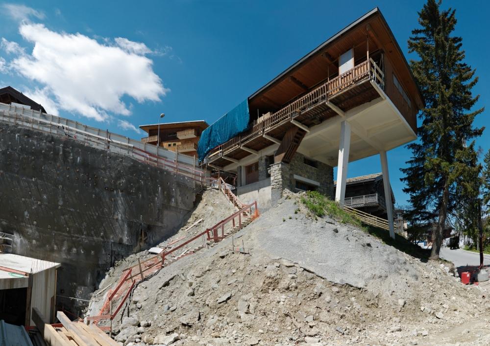 Chalet vu de l'aval du terrain aux premiers jours de son démontage (juin 2013) ; au premier plan, chantier de la première tranche du projet Apopka.