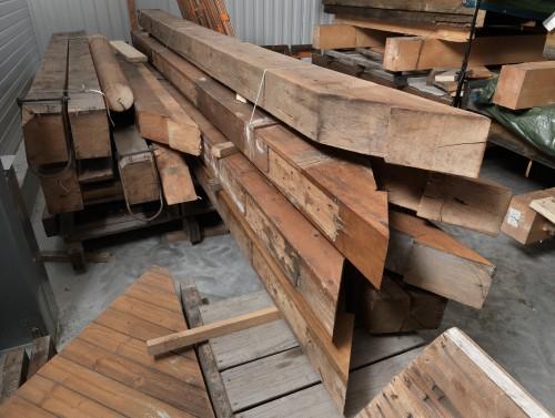 Pièces en chêne composant les arbalétriers, stockées dans un hangar à Tournon (Savoie).