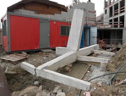 Élément de l'ossature en béton armé (avec partie supérieure d'un des deux piliers) déposé au sol, en attente de chargement sur camion.