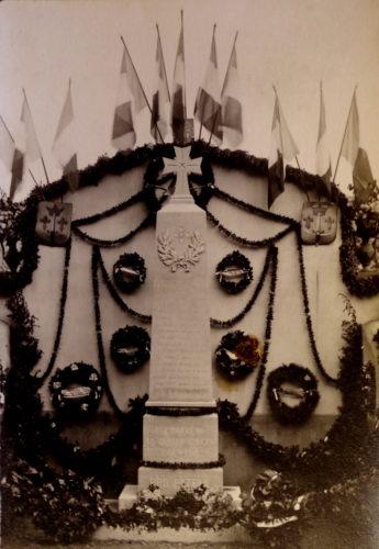 Ill. 15. Photographie supposée de l'inauguration du monument aux morts, 1921 ? Repro. J. Bellet, 2018 © Archives privées.