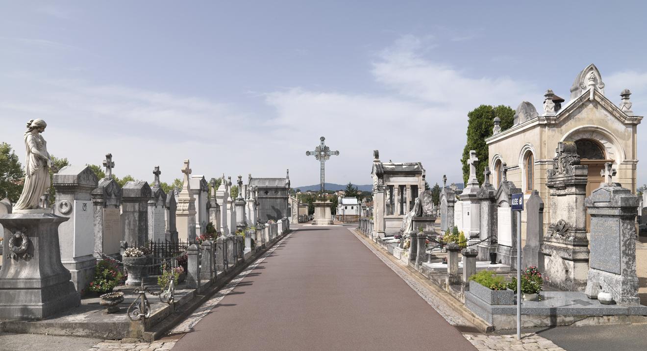 L'allée principale du cimetière de Villefranche-sur-Saône, 2008. Phot. Didier Gourbin © Région Auvergne-Rhône-Alpes, I.G.P.C., ADAGP, 2008